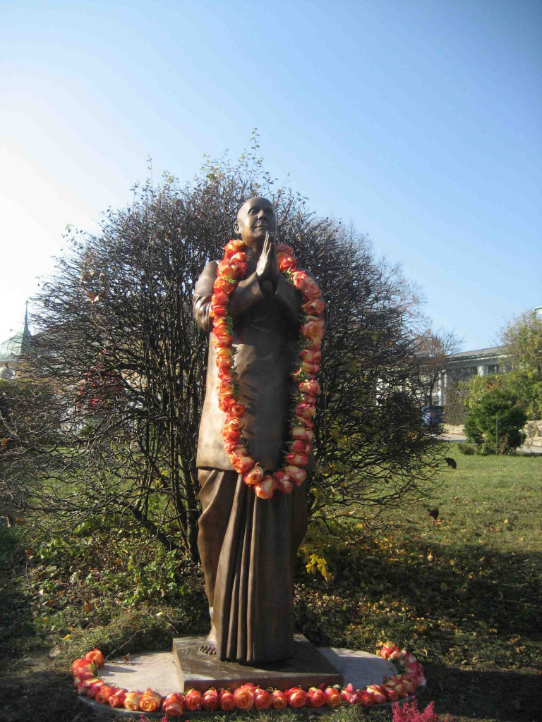 Inauguration d'une statue de Sri Chinmoy à Vienne %C2%A9-Statue-de-Sri-Chinmoy-les-mains-jointes-en-pri%C3%A8re-%C3%A0-Vienne-768x1024