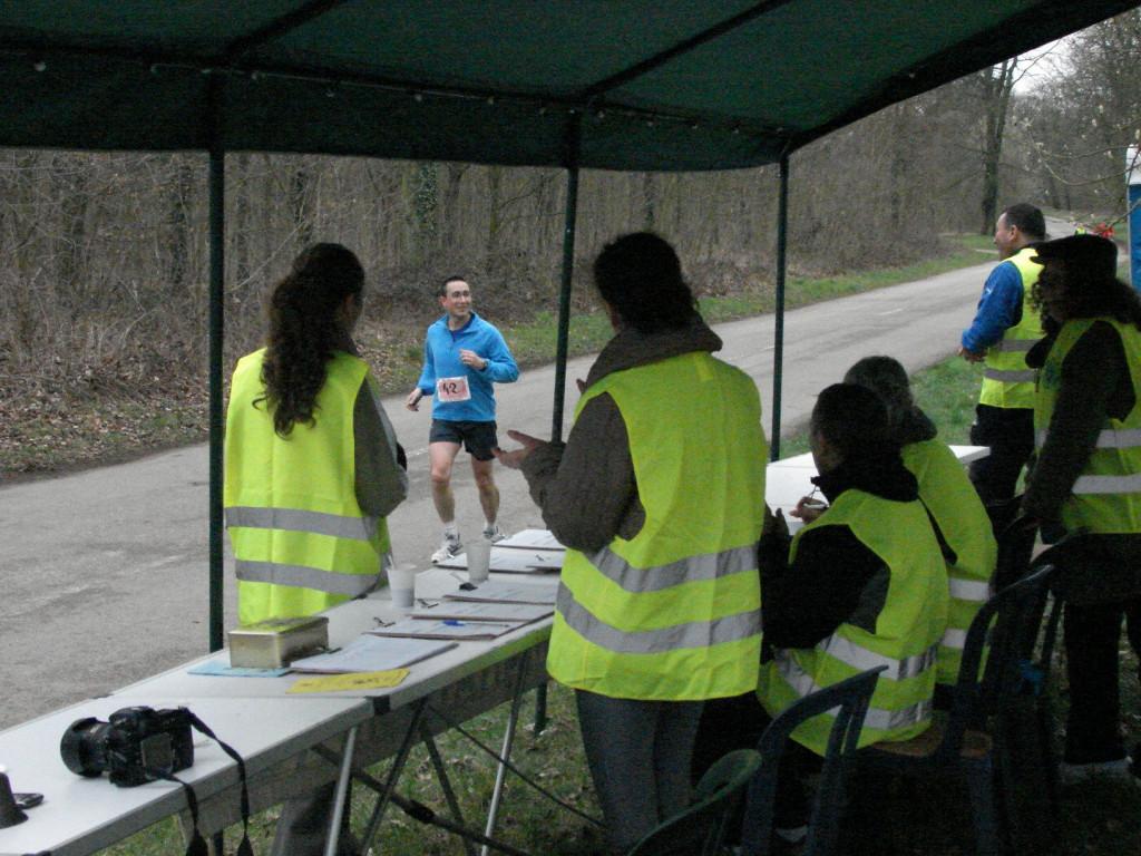 Les coureurs à chaque tour se font compter et reçoivent des encouragements